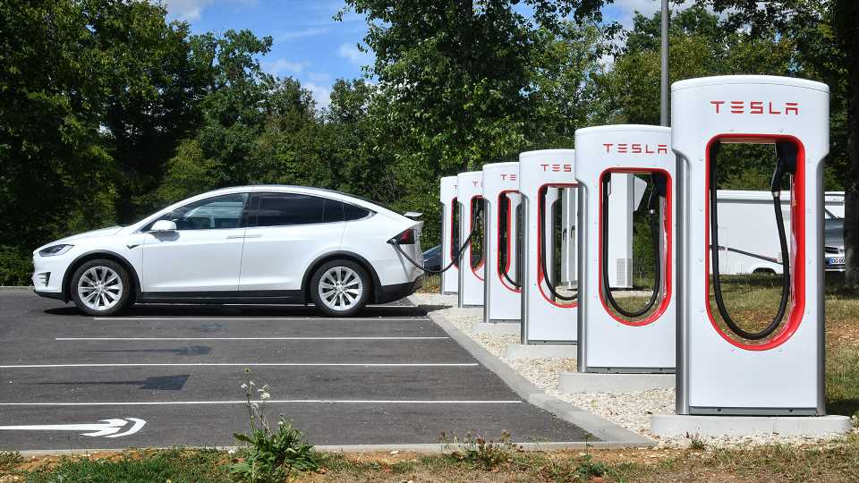 Illinois Lawmakers May Skyrocket EV Registration Fees to Fund State Infrastructure Projects