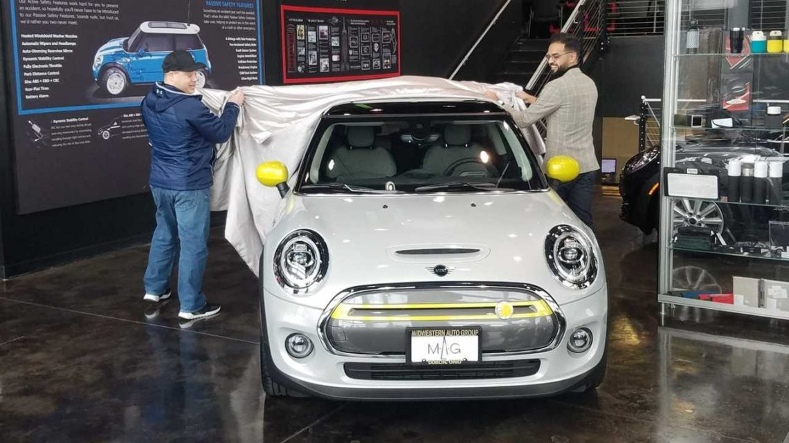 First MINI Cooper SE Gets Delivered In The U.S.