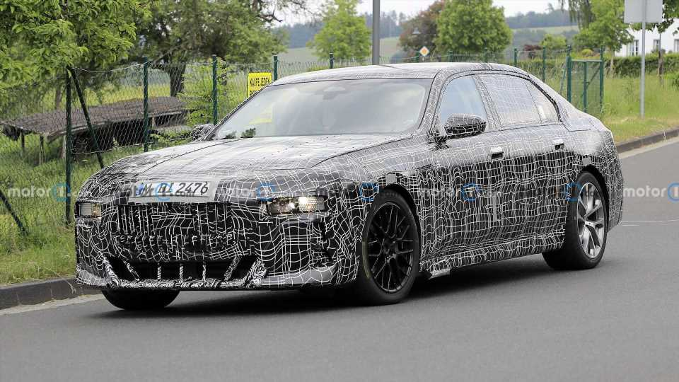 New BMW 7 Series Spied With Oddly Placed Front License Plate
