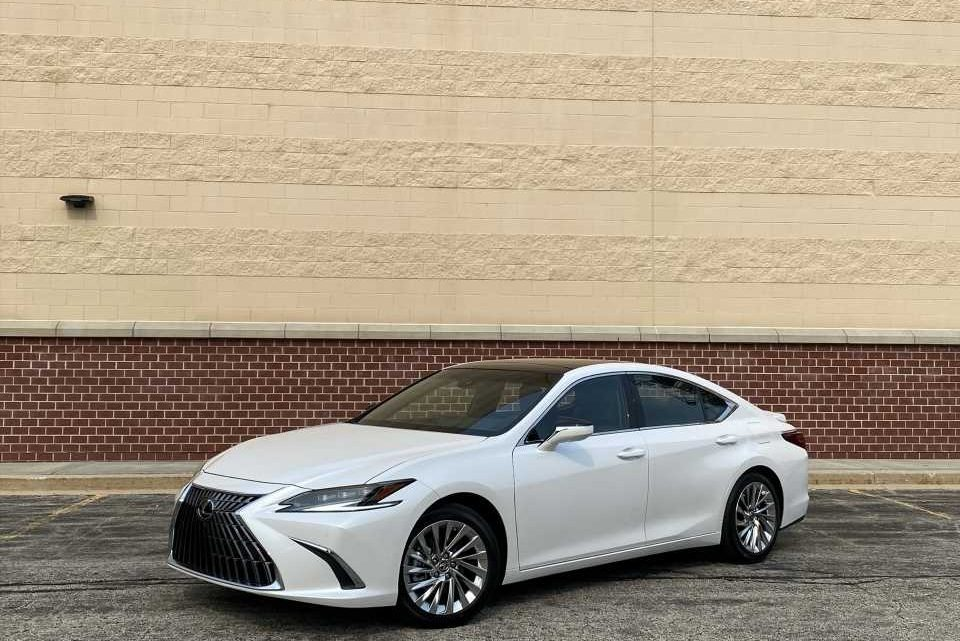 2022 Lexus ES tested, VW ID.5 teased, Tesla capitulates: What's New @ The Car Connection