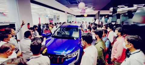 Anand Mahindra tweets about car-crazy India & XUV700 crowds